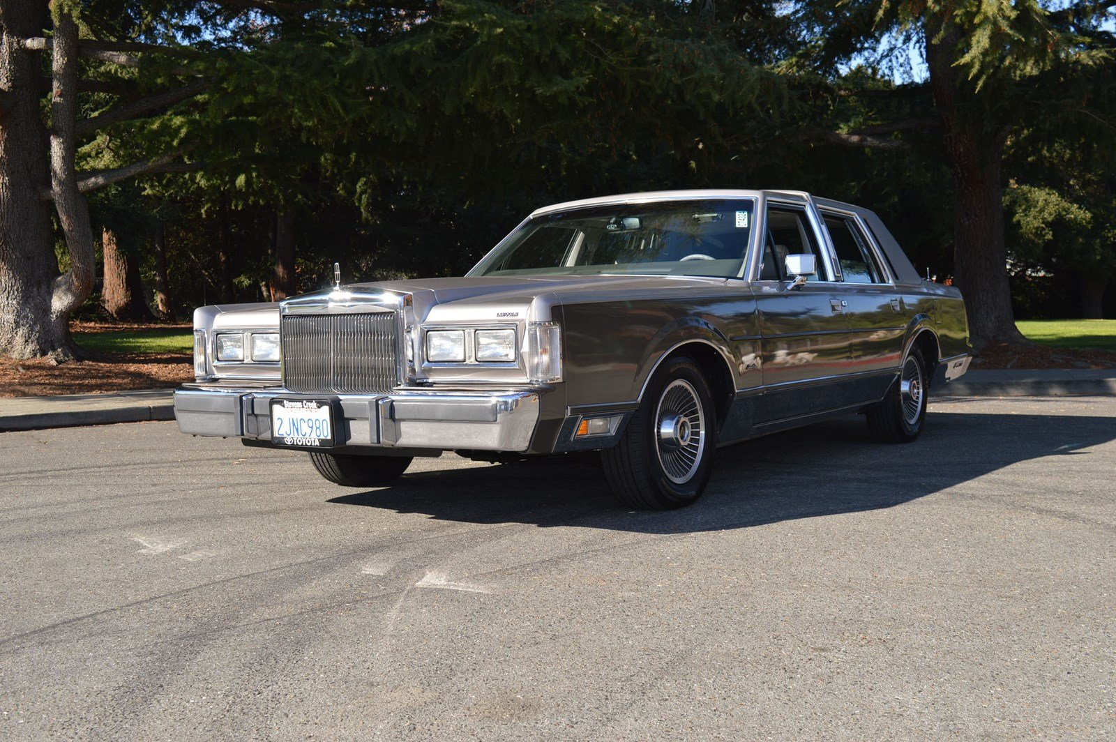 Pre Owned 1988 Lincoln Town Car